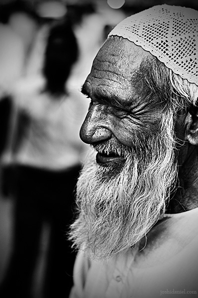 Portrait of an old man with a warm smile from Bhuleshwar in Mumbai