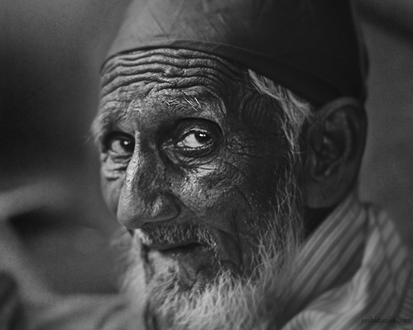 Black and white portrait of an old man from Mumbai with an apprehensive look